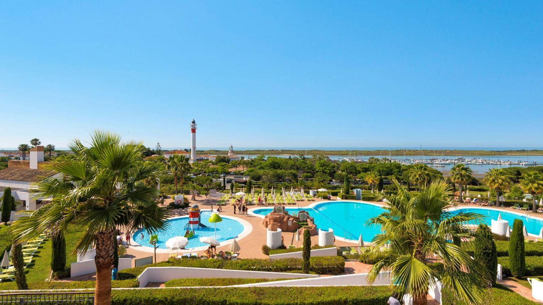 El hotel Fuerte El Rompido, con piscinas, vista a los faros y junto al mar.