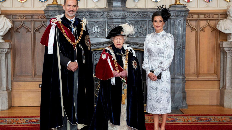 Felipe VI posa junto a la reina Isabel II y la reina Letizia tras ser investido nuevo caballero de la Orden de la Jarretera en 2019. (EFE)