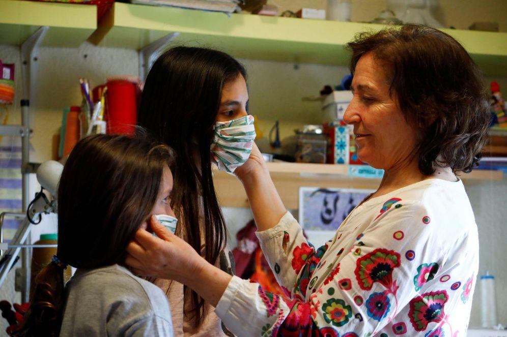 Foto: Una mujer prueba a dos niñas unas mascarillas para que puedan usarlas, este 21 de abril en Córdoba. (EFE)