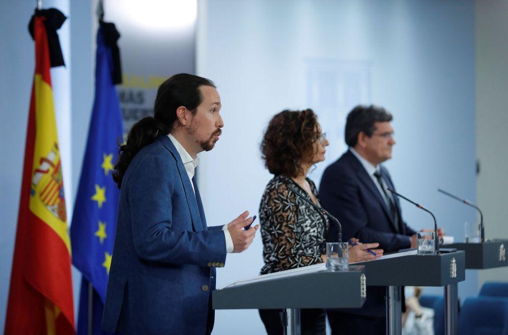 Foto: El vicepresidente segundo, Pablo Iglesias, con los ministros María Jesús Montero y José Luis Escrivá, este 29 de mayo. (EFE)