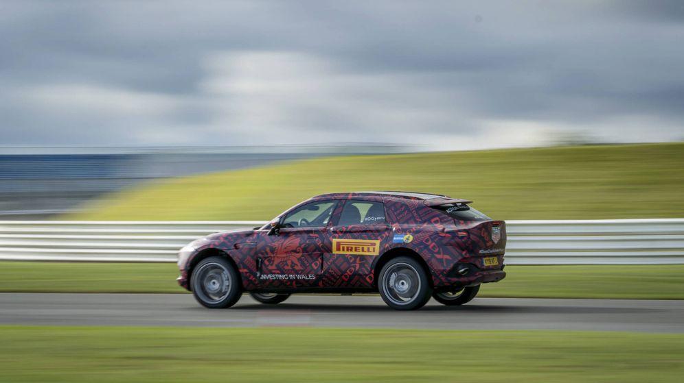 Foto: Estas unidades de prueba del Aston Martin DBX ya están muy próximas a la estética del modelo de producción que se verá en diciembre.