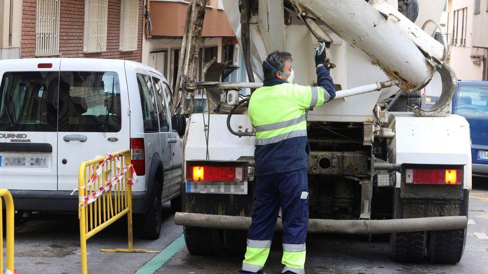 Foto: Un trabajador de la construcción en una obra de Salamanca hace apenas dos semanas. (EFE)