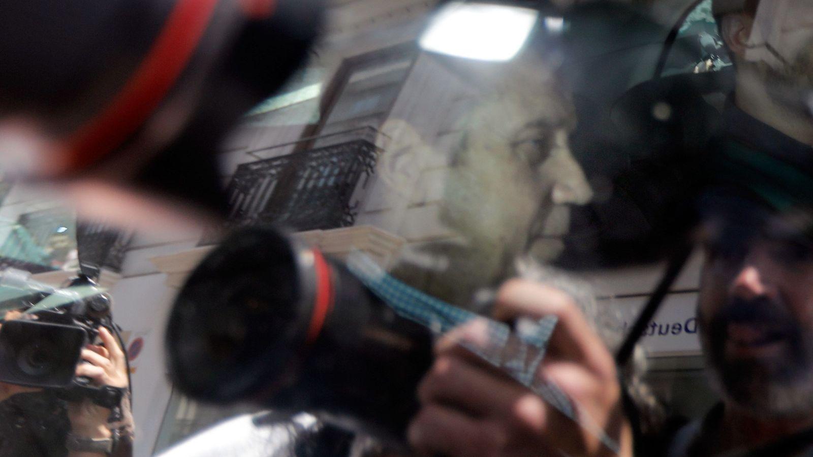 Foto: Agentes de la Unidad Central Operativa (UCO) trasladan al expresidente de la Generalitat Eduardo Zaplana. (EFE)