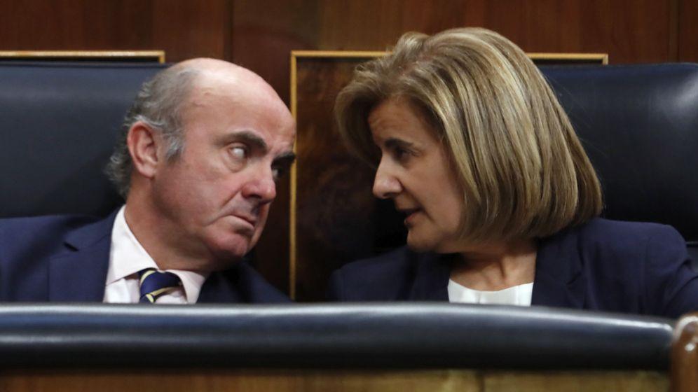 Foto: El ministro de Economía, Luis de Guindos (i), conversa con la ministra de Empleo, Fátima Báñez (d). (EFE)