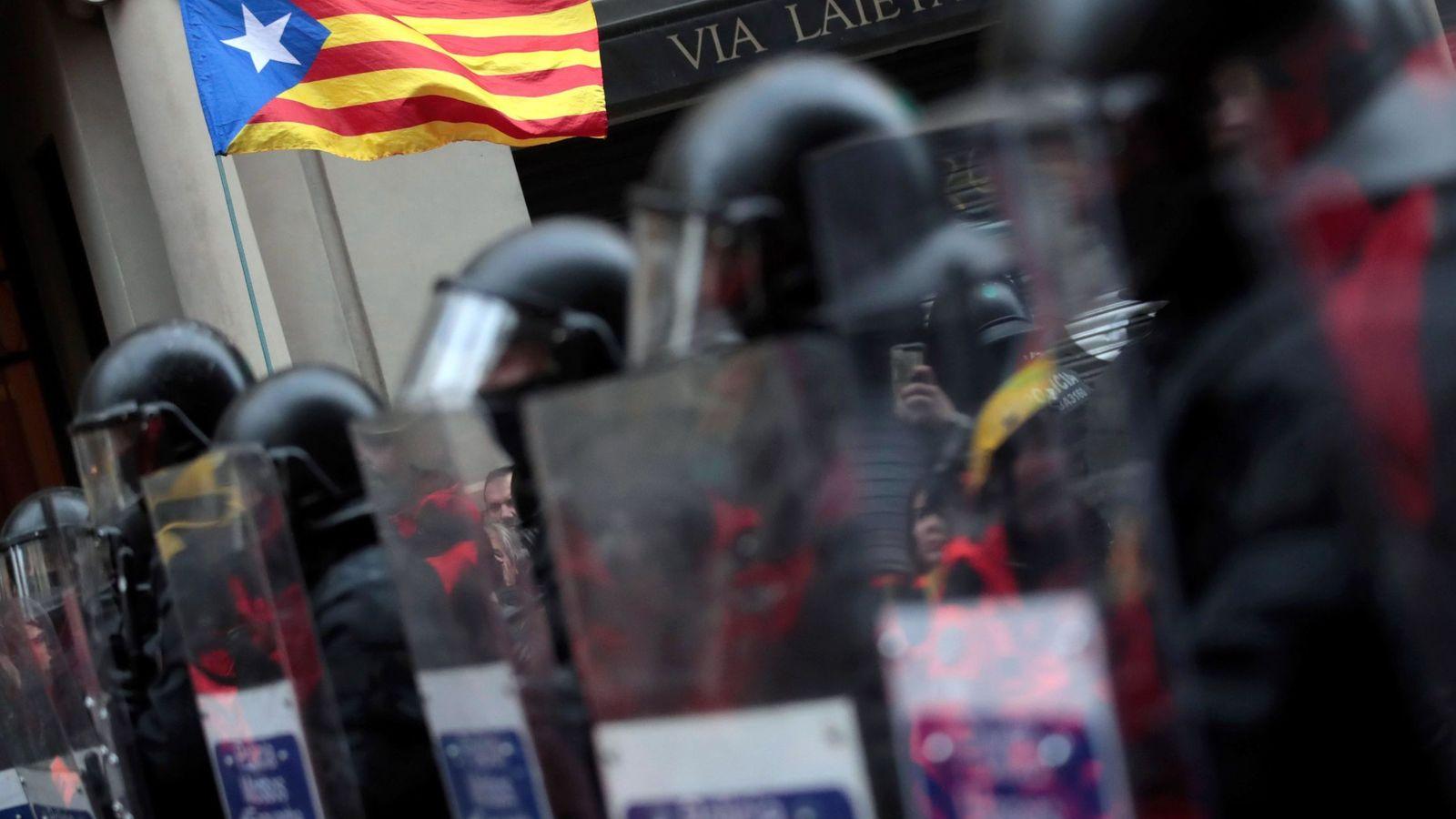 Foto: Mossos d'Esquadra, frente a simpatizantes independentistas. (EFE)