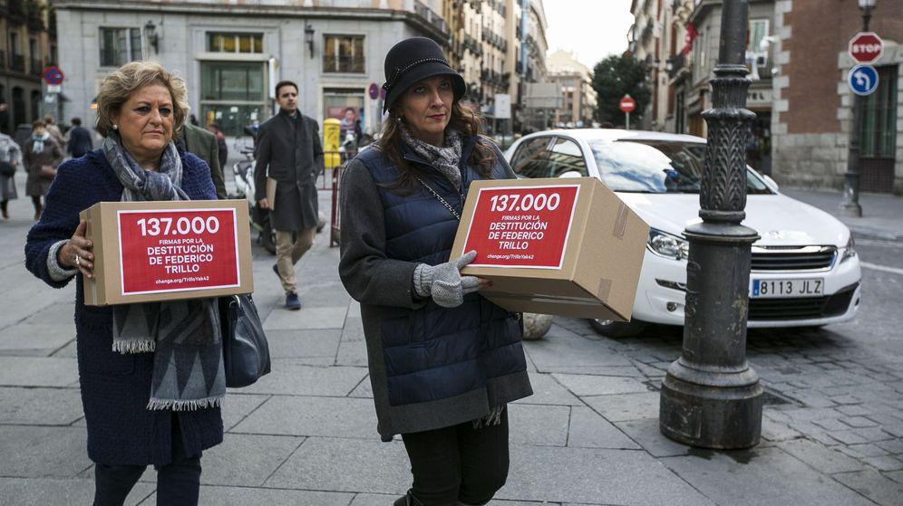 Foto: Familiares entregan firma en exteriores para solicitar la dimisión de Trillo. (EFE)