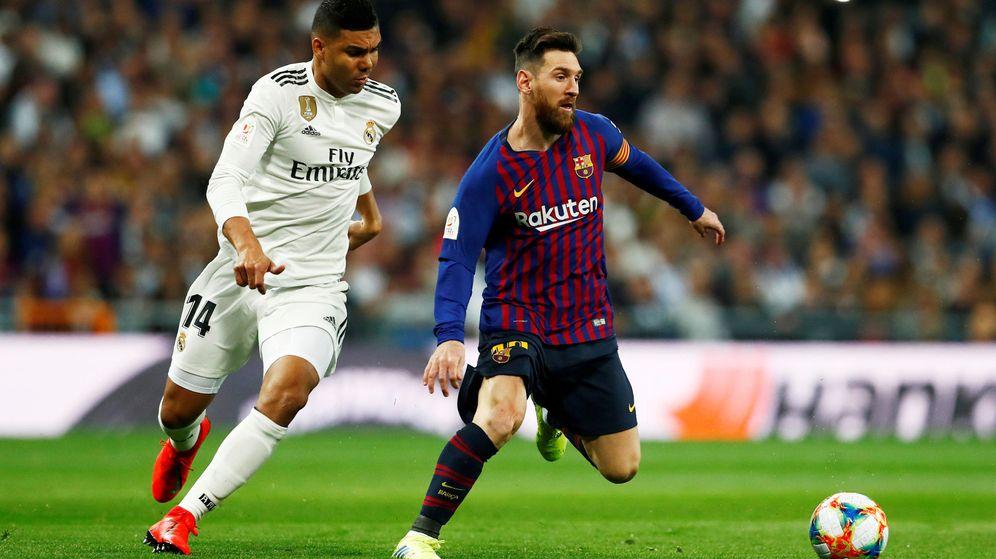 Foto: Casemiro persigue a Messi en el Clásico del Bernabéu. (Efe)