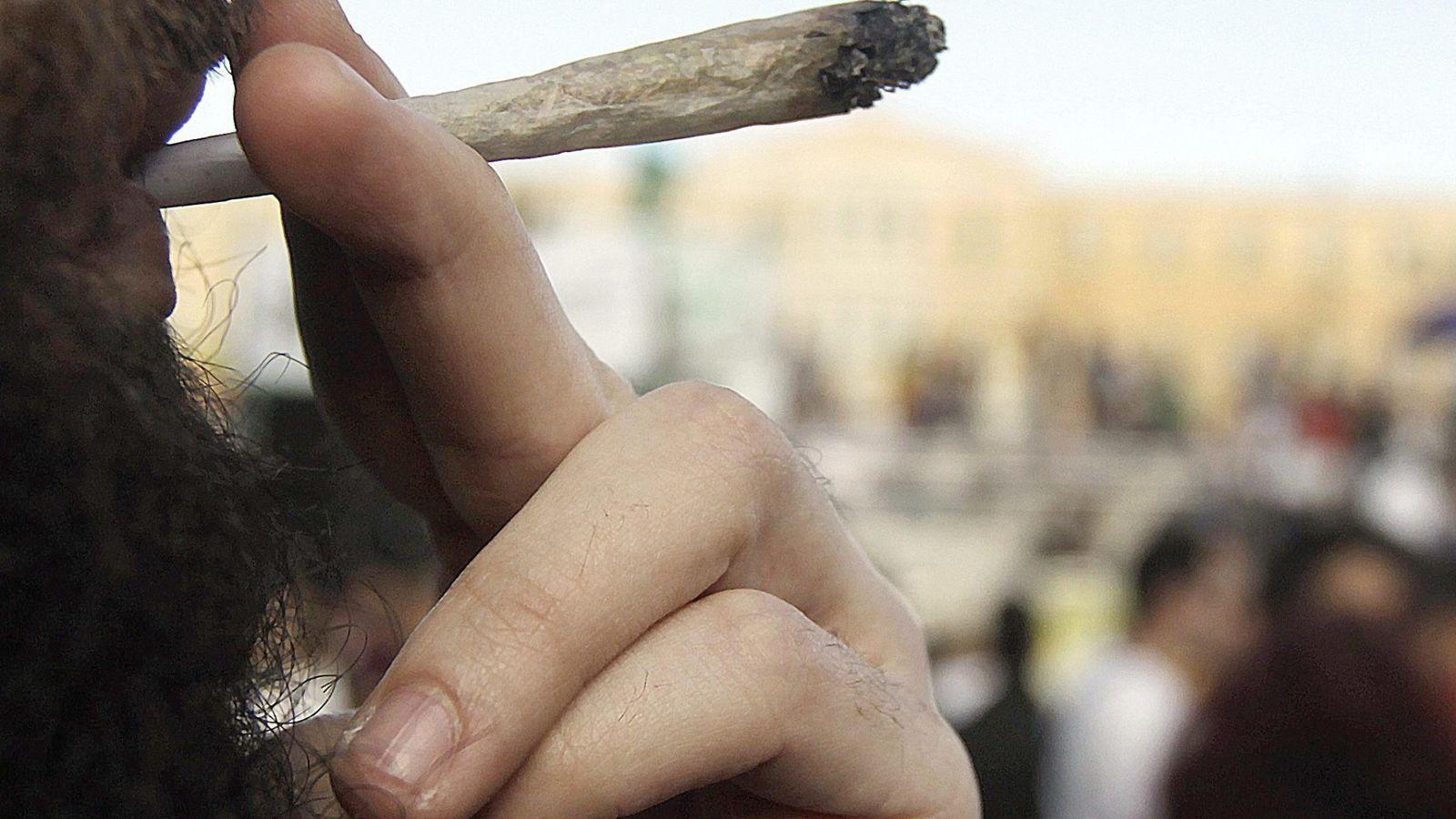 Foto: Un hombre, fumando cannabis. (EFE)