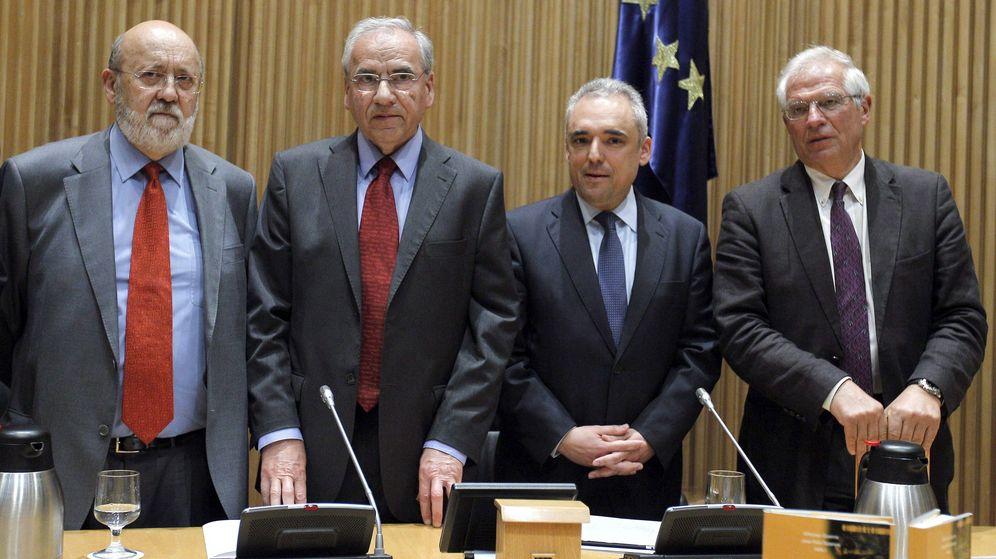 Foto: De izquierda a derecha, José Félix Tezanos, Alfonso Guerra, Rafael Simancas y Josep Borrell, en un acto en 2013. (EFE)
