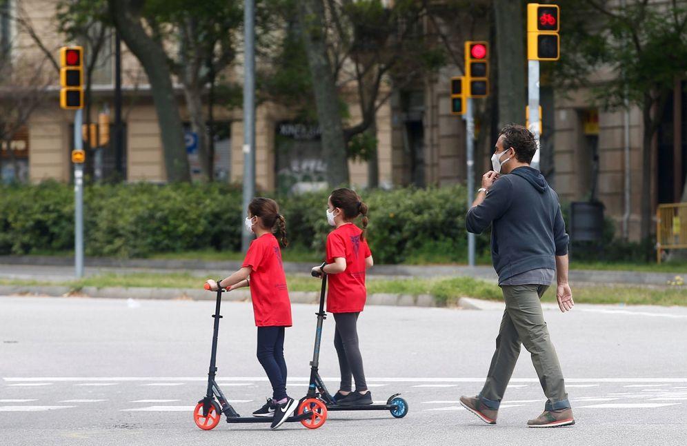 Foto: Un hombre y sus dos hijas caminan por una calle del centro de Barcelona, este 27 de abril. (EFE)
