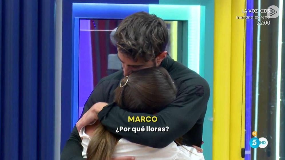 Foto: Marco consuela a su novia después de darle un ultimátum.