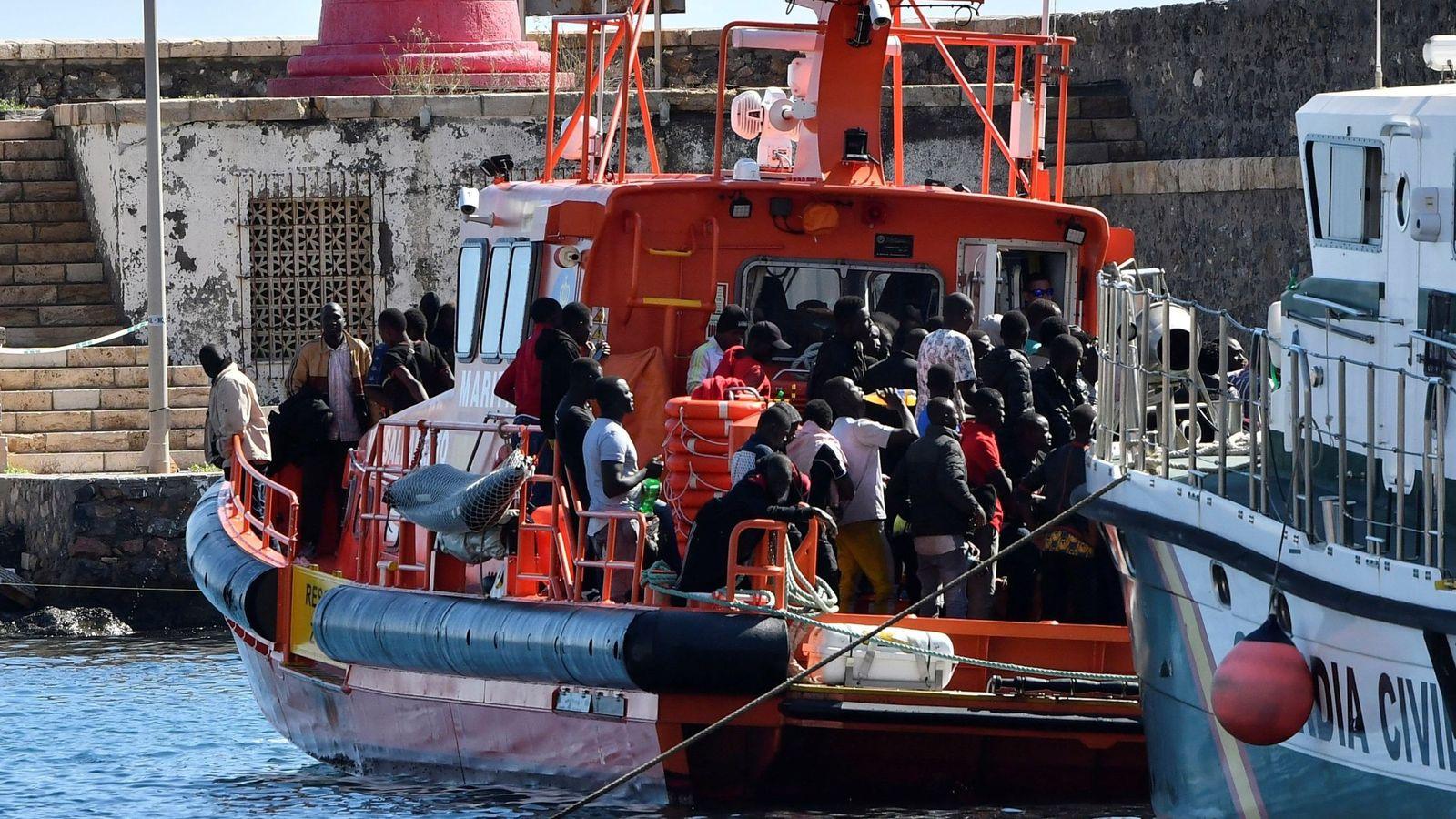 Foto: Salvamento Marítimo traslada al puerto de Almería a 122 tripulantes de una patera. (EFE)