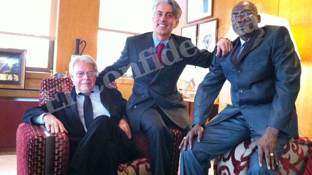 Foto: El expresidente del Gobierno Felipe González (i), Massoud Zandi y el ministro del Chad. (EC)