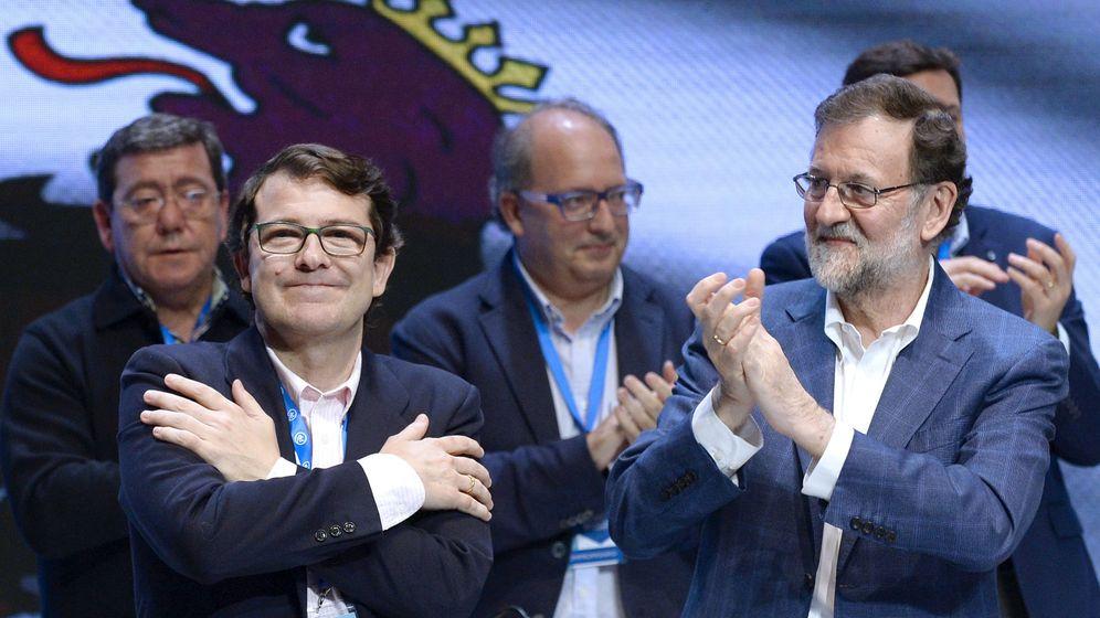 Foto: Alfonso Fernández Mañueco y Mariano Rajoy, durante el Congreso del PPCyL celebrado en sábado en Valladolid. (EFE)