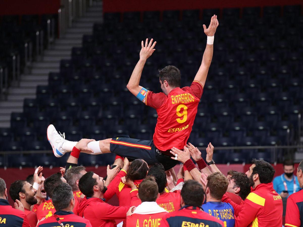 Foto: Celebración de los 'Hispanos' por su medalla. (EFE)