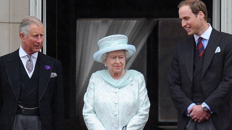 La reina Isabel II junto a su hijo, el príncipe Carlos de Inglaterra, y su nieto, el príncipe Guillermo, en una imagen de archivo. (EFE)