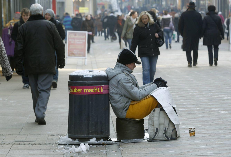 Foto: Un vagabundo pide limosna junto a una papelera en una zona peatonal de Dortmund, Alemania. (Reuters)