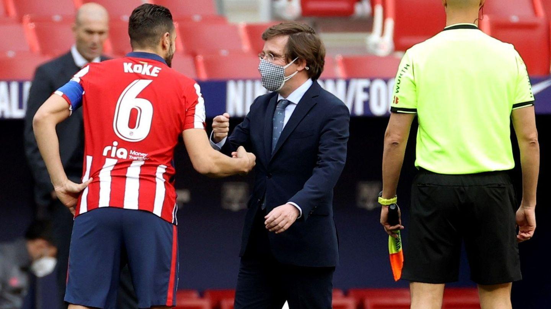 José Luis Martínez Almeida choca la mano de Koke en el Metropolitano. (Efe)