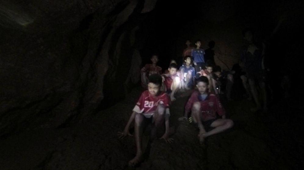 Foto: Fotografía cedida por el Real Ejército de Tailandia que muestra a los 12 menores y su entrenador, desaparecidos en la cueva Tham Luang. (EFE)