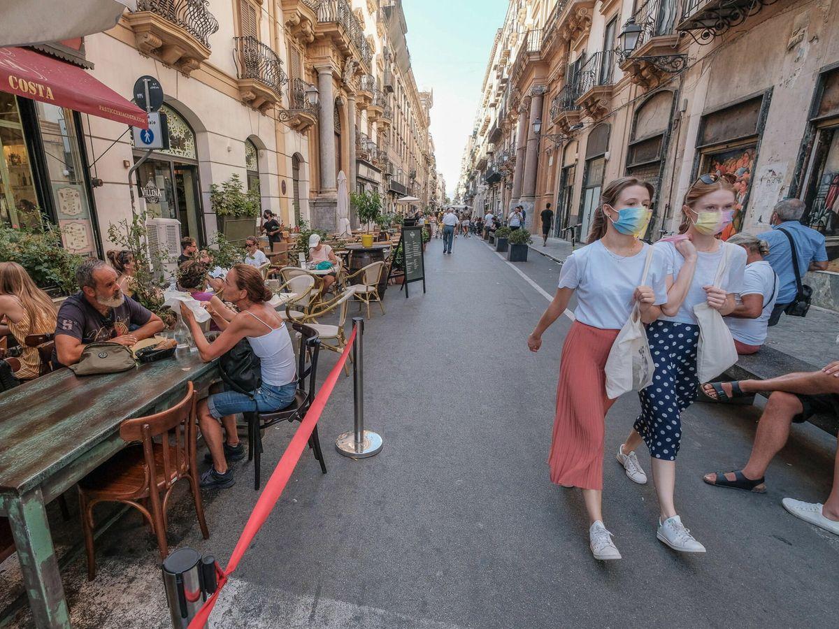 Foto: Turistas en Sicilia durante la pandemia del covid-19. (EFE)