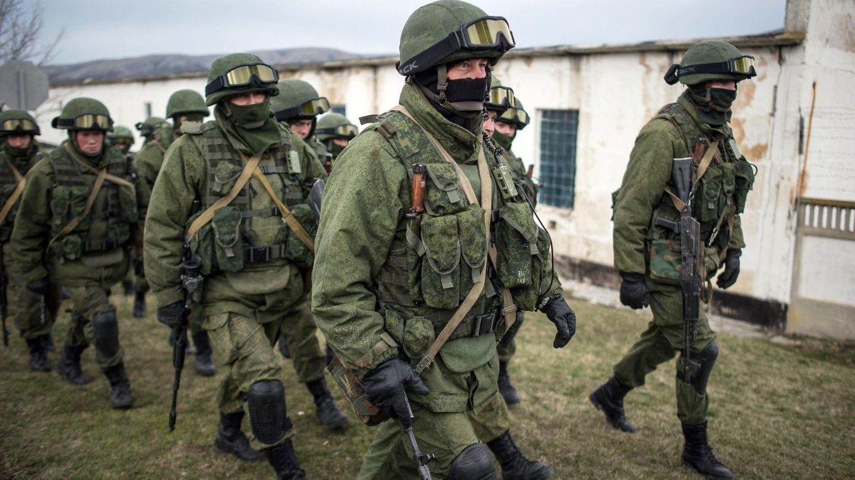 Militares sin distintivos en sus uniformes rodean un cuartel ucraniano cerca de Simferópol (Reuters).