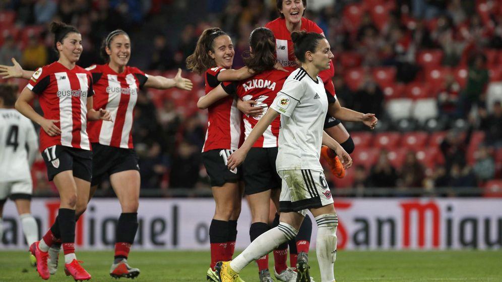 Foto: Las jugadoras del Athletic celebran un gol al CD Tacón en San Mamés. (EFE)