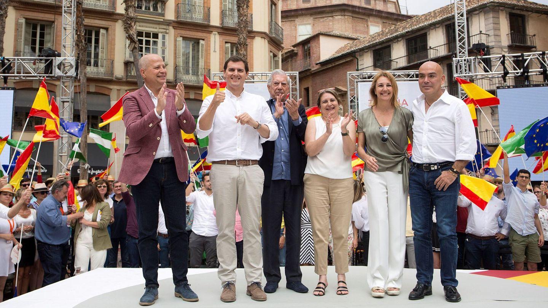 Rivera, junto a Javier Imbroda (i), durante el último encuentro de 'España Ciudadana' en Málaga. (EFE)