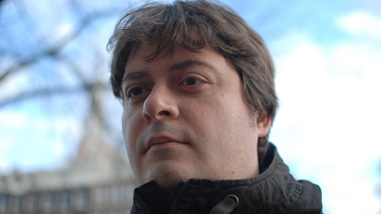 Foto: El autor de la historia viral del verano en Twitter, Manuel Bartual. (Iba Diethelm)