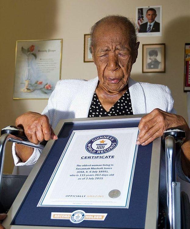 Foto: Susannah Mushatt Jones recoge su premio de los Guinnes. (Record Guinnes)