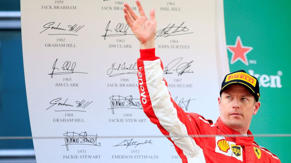 Foto: Kimi Raikkonen, con una mueca y gesto serio, en el podio del Gran Premio de China. (EFE)