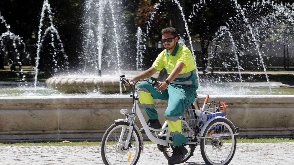 Foto: Un operario del servicio de la limpieza municipal en Madrid Río (Efe)