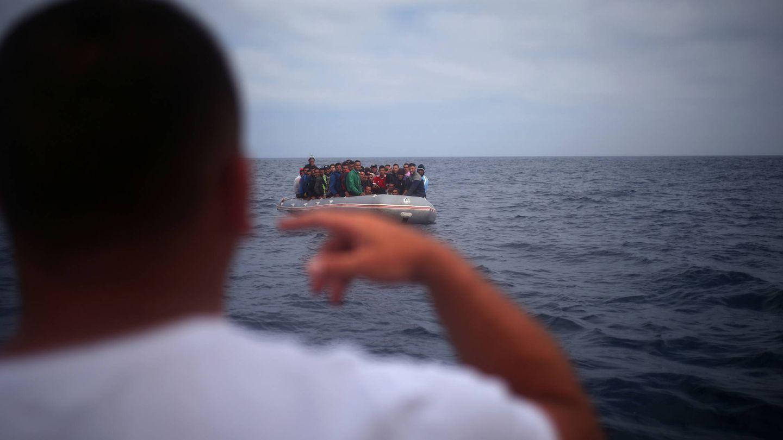 Un pescador habla con migrantes que intentan alcanzar Tarifa en una patera procedente de Marruecos, el 27 de julio de 2018. (Reuters)