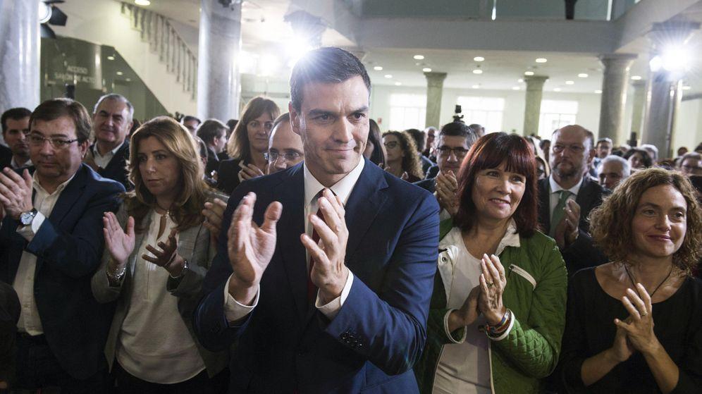 Foto: Pedro Sánchez, flanqueado por Susana Díaz y Micaela Navarro, con Guillermo Fernández Vara y Meritxell Batet, este 28 de octubre en el palacio de Neptuno de Madrid. (EFE)