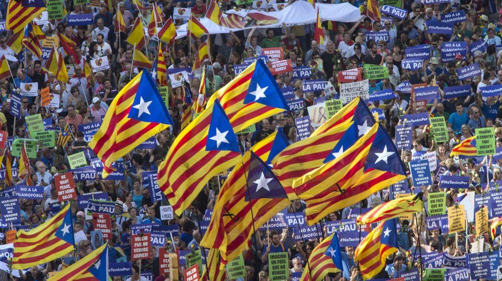 Foto: 'Esteladas' en la manifestación contra los atentados yihadistas en Cataluña. (EFE)