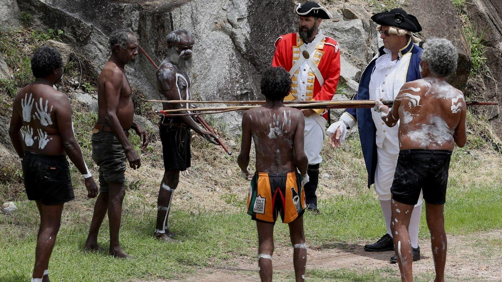 Foto: Reconstrucción del encuentro entre las tropas del capitán Cook con los aborígenes australianos. (EFE)