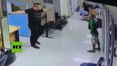 Asalta una comisaría con un cuchillo y no se espera la reacción de este policía