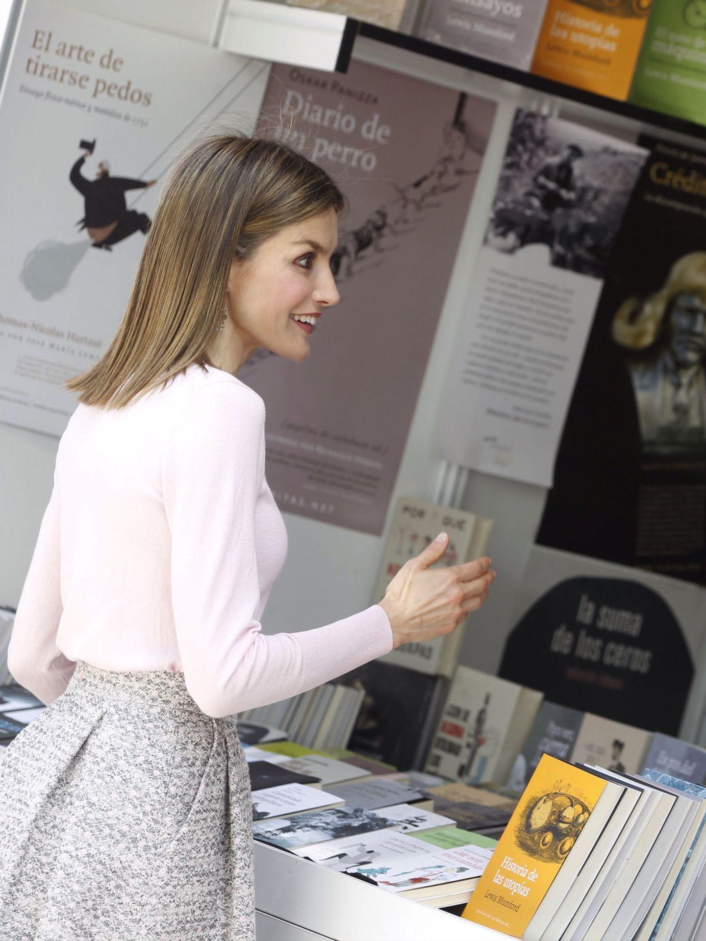 La reina Letizia, en una edición anterior de la Feria del Libro. (EFE)