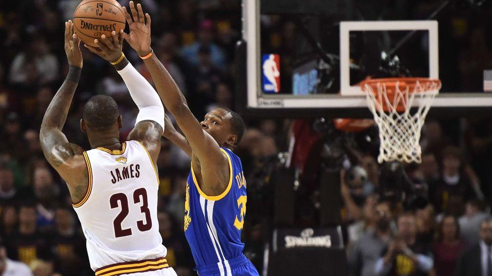 Foto: Kevin Durant intenta taponar a LeBron James en una acción del partido disputado este miércoles. (Reuters)