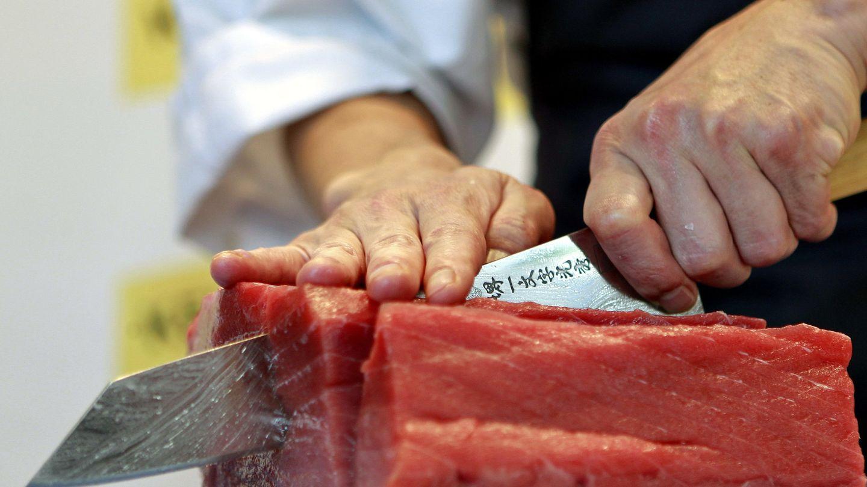 Hideki Matsuhisa muestra cómo se debe cortar el atún a la manera japonesa. (EFE/Javier Etxezarreta)