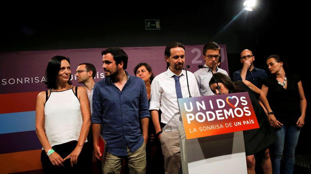 Foto: El líder de Podemos, Pablo Iglesias, junto a su equipo de campaña durante su comparecencia ante los simpatizantes concentrados en la plaza del Reina Sofia de Madrid. (EFE)