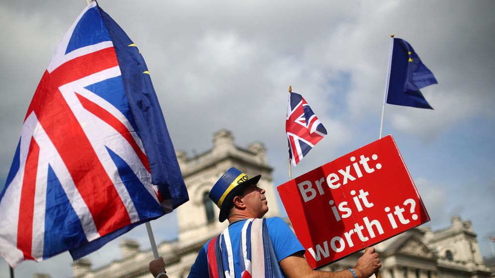 Foto: Un manifestante contra el Brexit ondea una bandera ante el Parlamento británico. (Reuters)