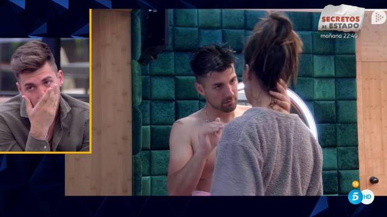 Alejandro viendo su comportamiento con Sofía en 'GH Dúo'. (Telecinco)