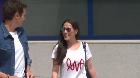 La camisa de Rivera, la camiseta de Malú: los estudiados looks de su primer posado juntos