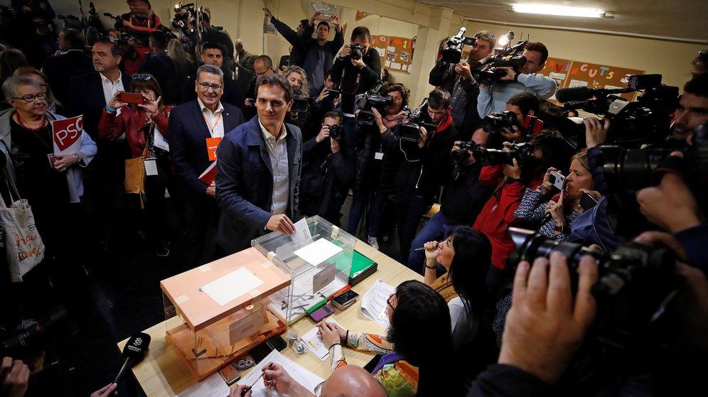 Foto: El líder de Ciudadanos, Albert Rivera, ejerce su derecho al voto. (EFE)