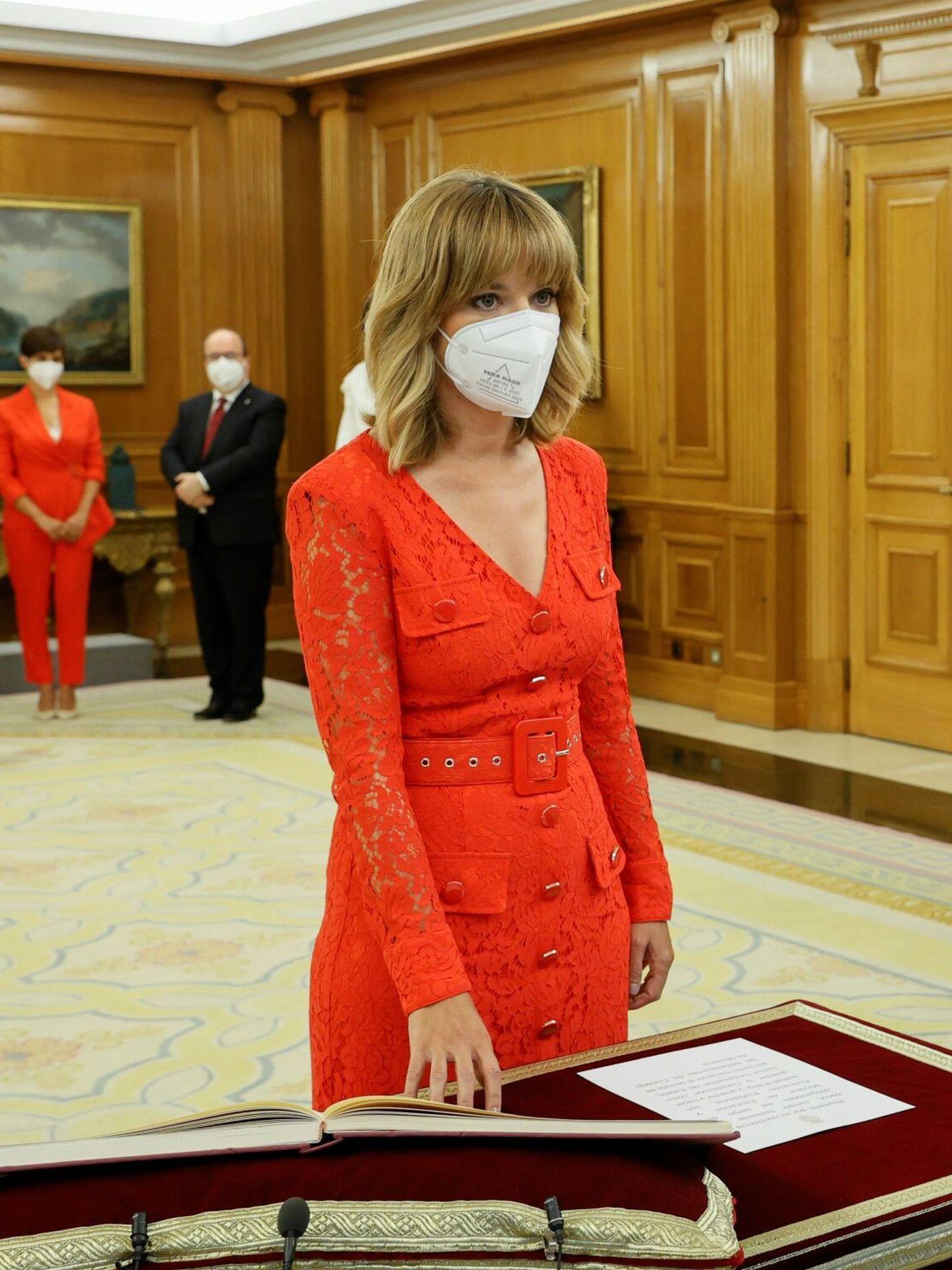 La nueva ministra de Educación y Formación Profesional, Pilar Alegría, promete su cargo ante el Rey. (EFE)