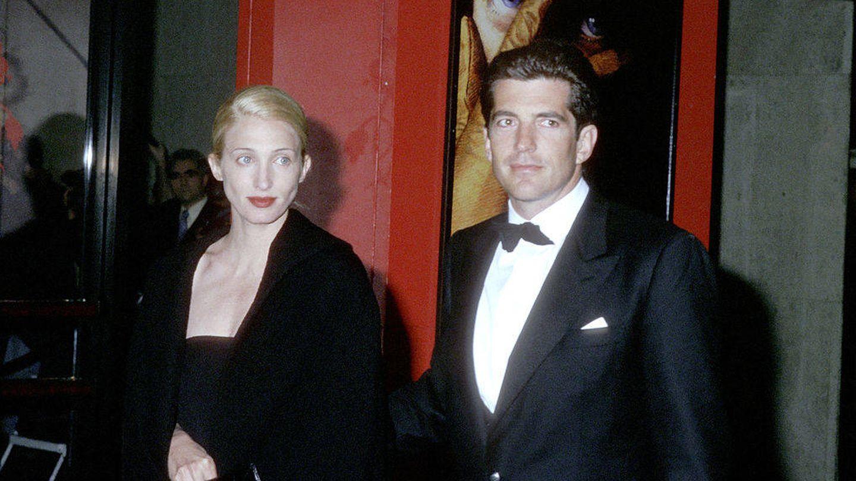 John F. Kennedy Jr y esposa.