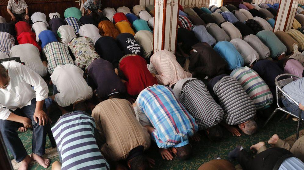 Foto: Musulmanes rezan en una mezquita de Almería. (EFE)