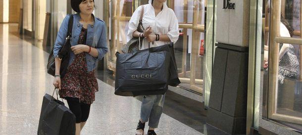 Foto: Dos mujeres asiáticas miran tiendas de lujo.
