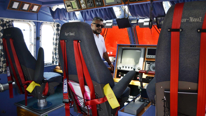 Manolo, en la cabina del Salvamar Hamal. (M. Z.)