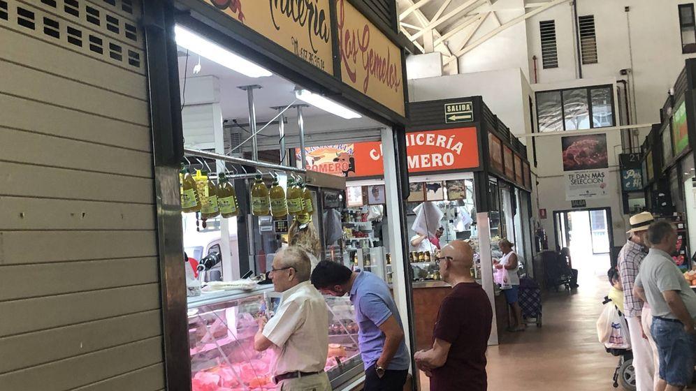Foto: Imagen de la carnicería Los Gemelos y la carnicería Romero, ayer, en el mercado de El Palo de Málaga. (Agustín Rivera)